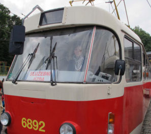 Autorka tekstu kieruje tramwajem w Pradze.