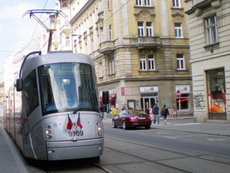 Tramwaj w Pradze przyozdobiony czeską flagą