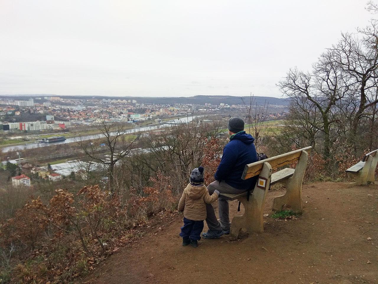 Praga z dziećmi. Widok spod kościoła Jana Nepomucena. Punkt widokowy w Pradze.