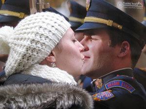 Ewelina Knotek całuje strażnika zamkowego z plakatu. Walentynki w Pradze.